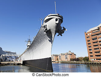 The view of a war ship in Norfolk town (West Virginia).
