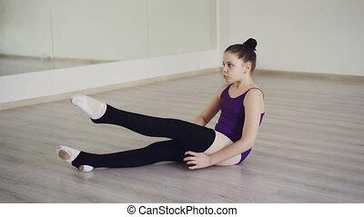 warmers, choreografia, szkoła, posiedzenie, student, concept., noga, odzież, balet, kładzenie, podłoga, ładny, profesjonalny, dziewczyna, dzieci, taniec, studio.