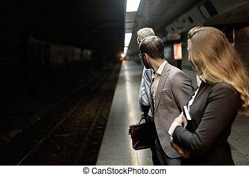 warten, transport, metro, geschäftsmenschen