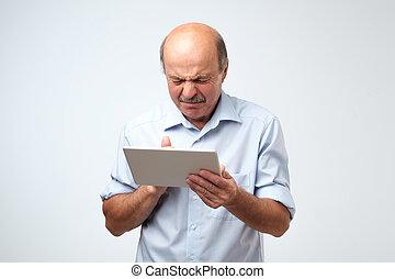 was, sieht, tablette, geekelt, device., älterer mann, kaukasier, er