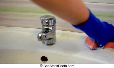 washcloth., frotter, femme, autour de, mousse, gants, clean., salle bains, bleu, lot, latex, là, sombrer, mains, garder, concept, washbasin.