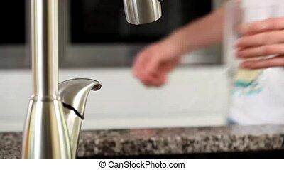 wasser, mann, gießen, glas