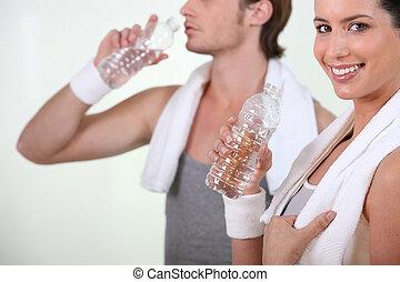 wasser, paar, trinkflaschen, turnhalle
