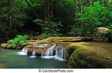 wasserfall, mit, blaues, bach, in, der, natur, thailand, wald