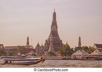 Wat arun (temple of dawn) Bangkok, Thailand