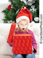 wat, een, surprise!, verraste weinig meisje, opening, kerstkado, doosje