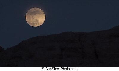 Watching the moon slowly rise in Uzbekistan - A medium,...