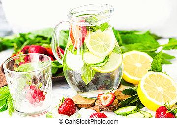 water-detox, con, limone, fragole, e, menta, su, luce, fondo