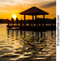 water, ondergaande zon , gazebo