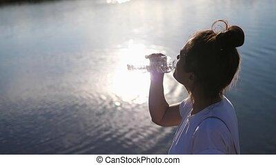 water., secouer, soif, air, sain, lifestyle.woman, après, éteindre, ensoleillé, boisson, boissons, leur, éclat, ouvert, soleil, chaud, girl, bouteille eau, eau, jour