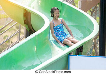 waterglijbaan, park., aziatisch meisje, spelend