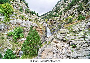 watervallen, in, vall, de, nuria, pyreneeën, catalonië,...