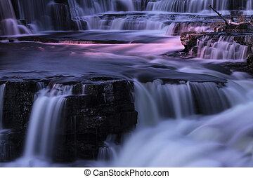 watervallen, nacht