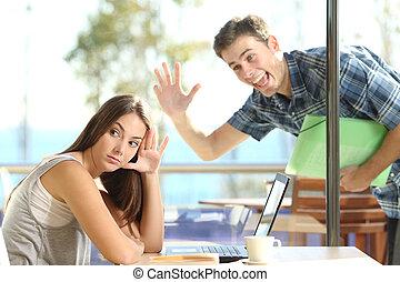 waving, menina, stalker, homem, ignorando