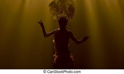 wdzięk, sylwetka, wspaniały, żółty, zamknięcie, studio, backlighting., demonstruje, młody, tancerz, plusz, headdress., kobieta, kostium, do góry., pióro, karnawał, ruch, taniec