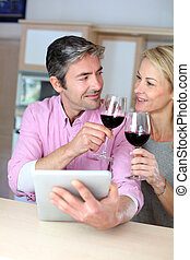 websurfing, tavoletta, coppia, vino vetro, cucina