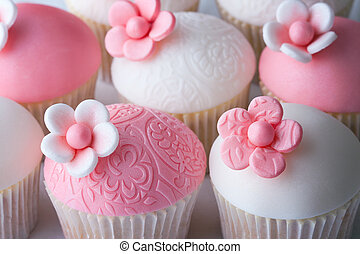 Wedding cupcakes - Cupcakes decorated with embosssed fondant...