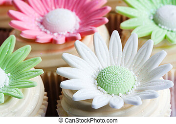 Wedding cupcakes - Cupcakes decorated with sugar flowers