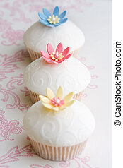 Wedding cupcakes - Cupcakes decorated with embossed fondant...