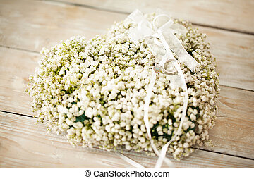 Wedding Flower Arrangement - Heart-shaped wedding flower...