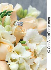 Wedding rings with bouque - gold Wedding rings with bouquet...