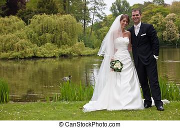 weddingcouple, posar, en, el, parc, juntos