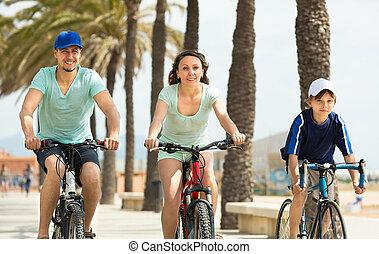 weekend, spędzając, bicycles, syn, rodzice