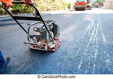 wegenbouw, met, arbeider, bestrating, de, fris, bitumen