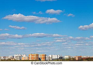 weiße wolken, in, blauer himmel, aus, städtisch, bezirk