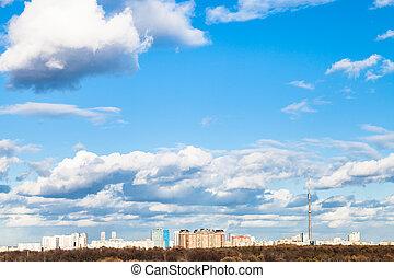 weiße wolken, in, blaues, fruehjahr, himmelsgewölbe, aus, stadt