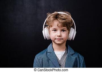 weißes, kopfhörer, casualwear, musik, junge, reizend, zuhören, wenig