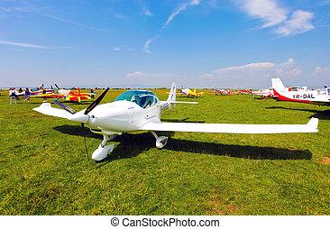 weißes, motorflugzeug, auf, a, grünes gras, feld