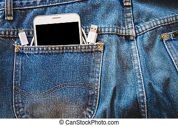 weißes, smartphone, in, dein, tasche, blaue jeans, mit, usb kabel, für, übertragung, daten, oder, informationen, auf, freigestellt, hintergrund., kopieren platz
