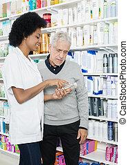 weibliche , apotheker, assistieren, kunde, in, kaufen, produkt