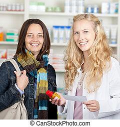weibliche , apotheker, gebende medizin, flasche, zu, weibliche , kunde