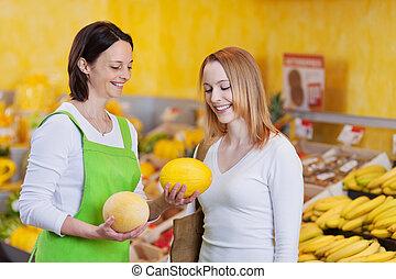 weibliche , arbeiter, assistieren, kunde, in, wählen, zuckermelone