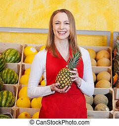 weibliche , arbeiter, besitz, ananas, in, lebensmittelgeschäft