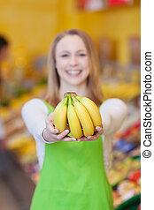 weibliche , arbeiter, besitz, bananen, in, lebensmittelgeschäft