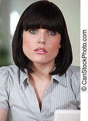 weibliche , büroangestellte, mit, a, stutzte, haarschnitt