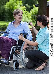 weibliche , caregiver, sprechende , mit, behindertes, frau, auf, rollstuhl