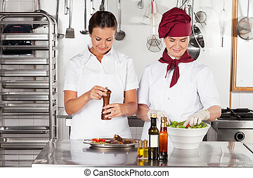weibliche , chefs, vorbereiten nahrung