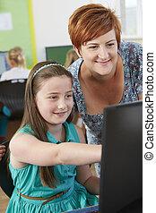 weibliche , elementar, schüler, in, computerklasse, mit, lehrer