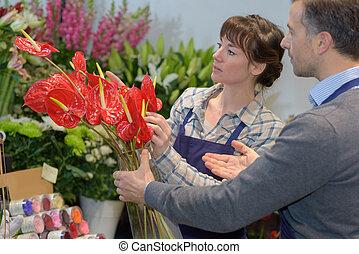 weibliche , floristen, assistieren, mann, kunde, in, kaufen, blume