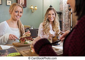 weibliche , friends, essmahlzeit, zusammen, in, gasthaus
