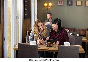 weibliche , friends, gebrauchend, digital, tabletten, tisch