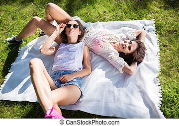 weibliche , friends, liegen, zusammen, auf, decke, park