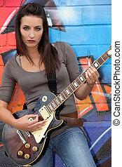 weibliche , gitarre spieler, vor, a, markiert, wand