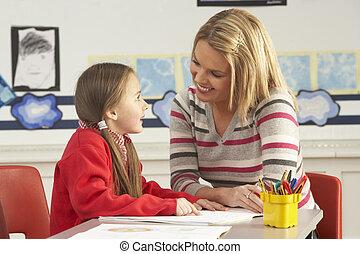 weibliche , grundschule, schüler, und, lehrer, arbeiten schreibtisch, in, klassenzimmer