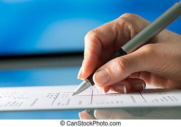 weibliche hand, überprüfen, dokument, mit, pen.