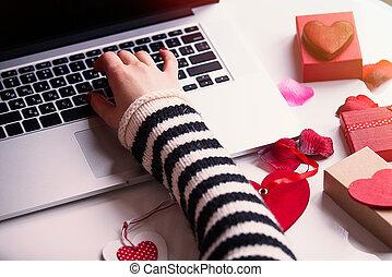 weibliche hand, berühren, a, tastatur